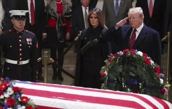 ▲12月3日,在美国首都华盛顿,美国总统特朗普与夫人梅拉尼娅悼念美国前总统乔治·赫伯特·沃克·布什(老布什)。(新华社/美联社)